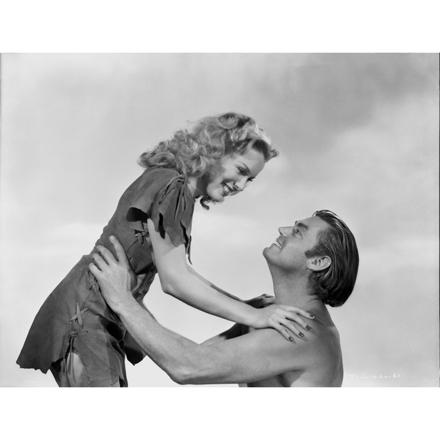Johnny Weissmuller Lifting a Lady with His Two Hands in a Movie Scene Poste